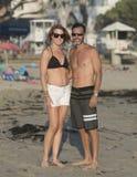 Athletische Paare von mittlerem Alter in der Sonne auf dem Strand Stockbilder