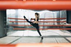 Athletische Schönheit tut Stoß-UPS als Teil ihrer Quereignung, bodybuildende Turnhalle lizenzfreie stockbilder