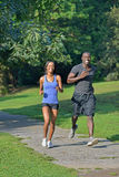 Athletische und geeignete Afroamerikanerpaare - rüttelnd in einem Park Stockfotografie