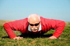 Athletischer älterer Mann lizenzfreies stockfoto