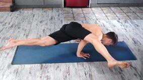 Athletischer flexibler Jogimann, der hohen Winkel des Trainingsübungshandstandes tut stock video footage
