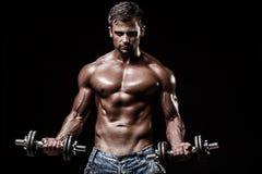 Athletischer junger Mann auf schwarzem Hintergrund Lizenzfreies Stockfoto