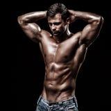 Athletischer junger Mann auf schwarzem Hintergrund Lizenzfreie Stockfotografie