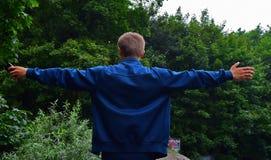 Athletischer junger Mann, der Übung in der Natur tut Stockfotos