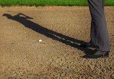 Athletischer junger Mann, der Golf, schwingverein spielt Stockfoto
