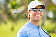 Athletischer junger Mann, der Golf spielt Stockfotos