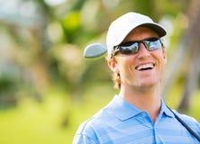 Athletischer junger Mann, der Golf spielt Lizenzfreie Stockfotos