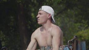Athletischer Mann, der den Barbell im Park anhebt ?bung f?r Bizeps Schlie?en Sie herauf Portrait Entspannung durch pilates Kugel  stock video footage