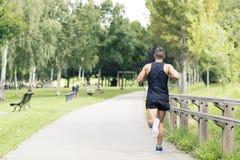 Athletischer Mann, der in den Park läuft und trainiert lizenzfreie stockfotos