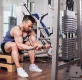 Athletischer Mann, der schwere Gewichte an der Turnhalle hochzieht Lizenzfreie Stockfotos