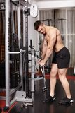 Athletischer Mann, der schwere Gewichte zieht Stockbild