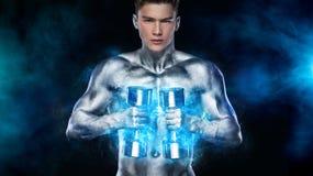 Athletischer Mann des groben starken muskul?sen Bodybuilders, der oben Muskeln mit Dummk?pfen auf schwarzem Hintergrund pumpt wor stockfotografie