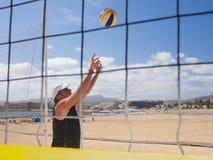 Athletischer Mann führt das beachvolleyball Lizenzfreie Stockfotos