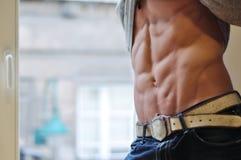 Athletischer Mann mit sechs-packen Lizenzfreies Stockbild