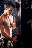 Athletischer Mann nach Training lizenzfreie stockfotografie