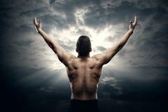 Athletischer Mann-offene Arme auf Sonnenaufgang-Himmel, muskulöser Athlet Body Back View lizenzfreie stockfotografie