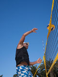 Athletischer Mann schlägt das beachvolleyball Stockfoto