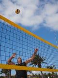 Athletischer Mann schlägt das beachvolleyball Stockfotos