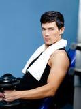 Athletischer Mann steht still, ein Gewicht in der Hand übergebend Lizenzfreie Stockfotografie