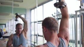 Athletischer Mann Trizeps-Training