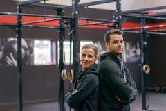 Athletischer Mann und Frau, die zur Kamera gegenüberstellt lizenzfreies stockfoto