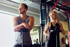 Athletischer Mann und Frau in einer Turnhalle Stockbilder