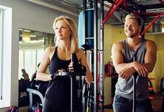 Athletischer Mann und Frau in einer Turnhalle Lizenzfreie Stockfotografie