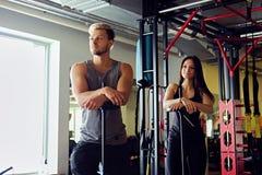 Athletischer Mann und Frau in einer Turnhalle Lizenzfreie Stockbilder