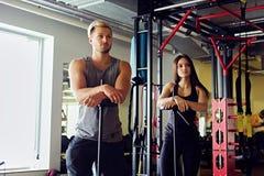 Athletischer Mann und Frau in einer Turnhalle Stockfotografie