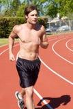 Athletischer rüttelnder Mann Stockfotografie
