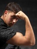 Athletischer reizvoller Mann, der seine Muskeln zeigt lizenzfreie stockbilder