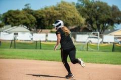 Athletischer Softballspieler auf Handlung stockfoto