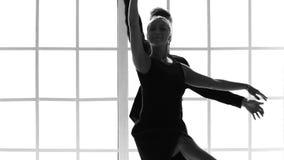 Athletisches übendes Ballett des Mannes und der Frau am Studio stock footage