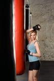 Athletisches blondes Mädchen in den Boxhandschuhen Stockbilder