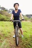 Athletisches blondes Sitzen auf Mountainbike Lizenzfreies Stockbild