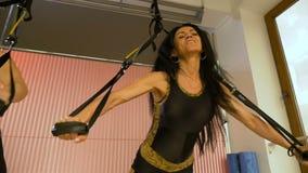 Athletisches Frauentraining am Fitness-Club unter Verwendung des elastischen Seils stock footage