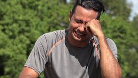 Athletisches hispanisches erwachsener Mannesschreien stock footage