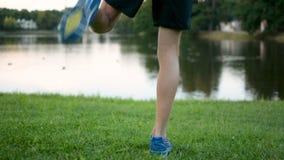 Athletisches junger Mann Strething, bereitend für Marathon langes distane draußen laufen gelassen vor stock video footage