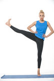 Athletisches Mädchen auf gymnastischer Matte Lizenzfreie Stockfotografie