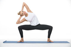 Athletisches Mädchen auf gymnastischer Matte Lizenzfreie Stockbilder