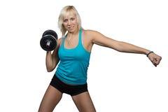 Athletisches Mädchen, das Übungen mit Dummkopf macht Lizenzfreies Stockfoto