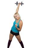 Athletisches Mädchen, das Übungen mit Dummkopf macht Stockbild