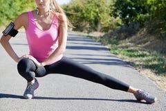 Athletisches Mädchen, das bevor dem Rütteln aufwärmt Stockbilder