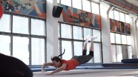 Athletisches Mädchen, das mehrfache backflips in der Zeitlupe tut, stock video