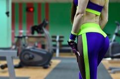 Athletisches Mädchen in einer Sportturnhalle Stockbild