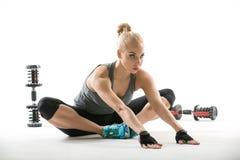 Athletisches Mädchen mit Dumbbells Lizenzfreie Stockbilder
