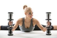 Athletisches Mädchen mit Dumbbells Stockfoto