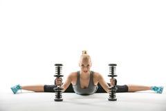 Athletisches Mädchen mit Dumbbells Lizenzfreie Stockfotografie