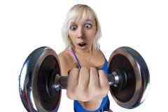 Athletisches Mädchen mit Dummköpfen Lizenzfreie Stockbilder
