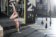 Athletisches Mädchen steht in der Turnhalle umgedreht Lizenzfreie Stockbilder